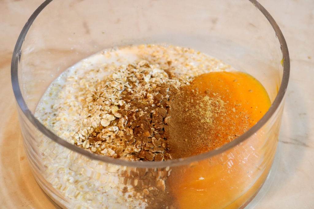 Place the oats, pumpkin puree, cinnamon, and milk in a bowl